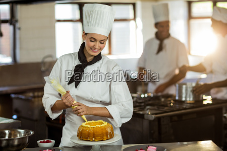mulher restaurante risadinha sorrisos trabalho doce