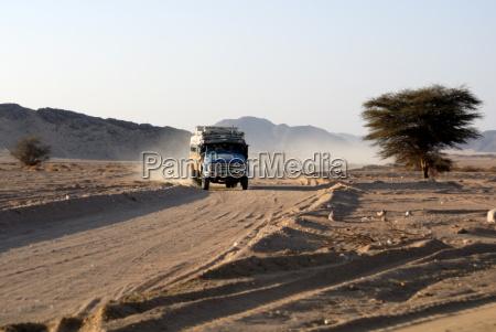 passeio viajar deserto trafego africa poeira