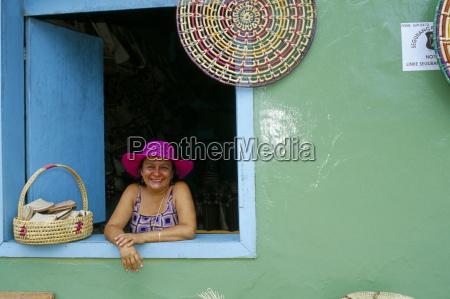 mulher pessoas povo homem risadinha sorrisos