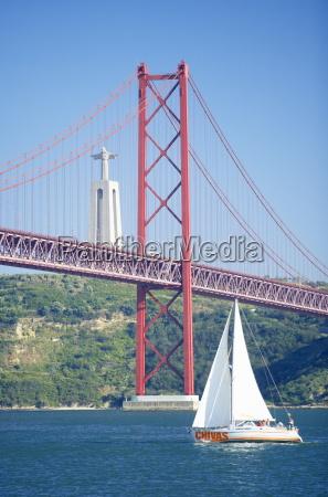 ponte de 25 de abril sobre