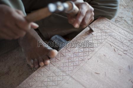 carpinteiro que cinzela o padrao tradicional