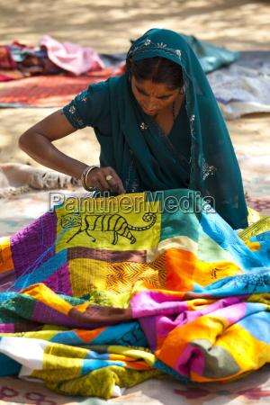 texteis sewing da mulher indiana na
