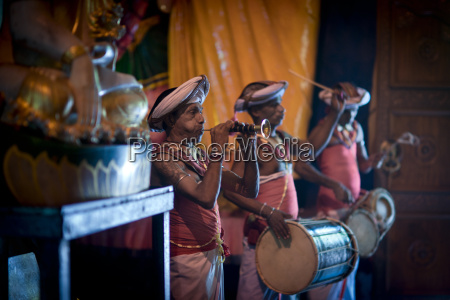 musicians at gangaramaya buddhist temple site