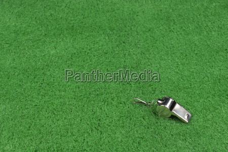 assobio do arbitro no relvado verde