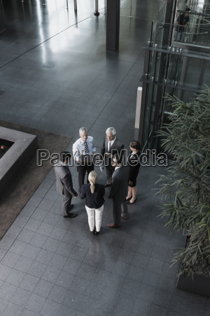 grupo de empresarios com laptop falando