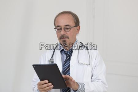 alemanha doutor usando tablet digital