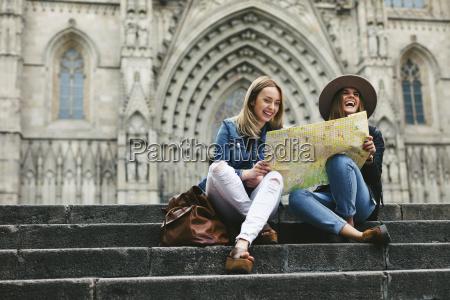 spanien barcelona zwei glueckliche junge frauen