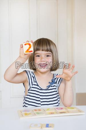 retrato da menina de sorriso que