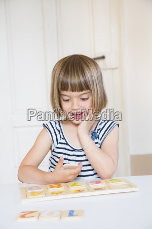 retrato da menina que aprende figuras