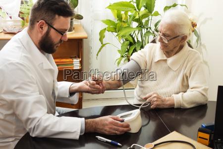um consultorio particular medico geriatrician leva