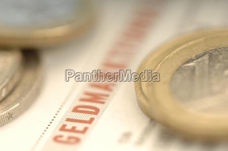 monete di euro sul giornale di