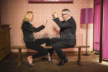 alemanha stuttgart empresario e mulher brincando