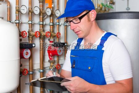 engenheiro controlando o sistema de aquecimento