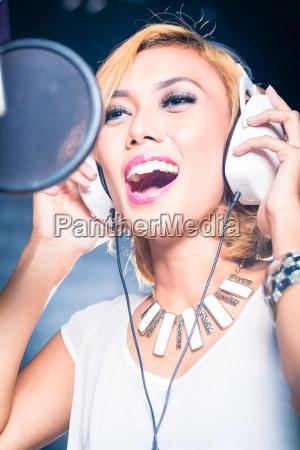cantora, asiática, produzindo, música, em, estúdio - 21484723