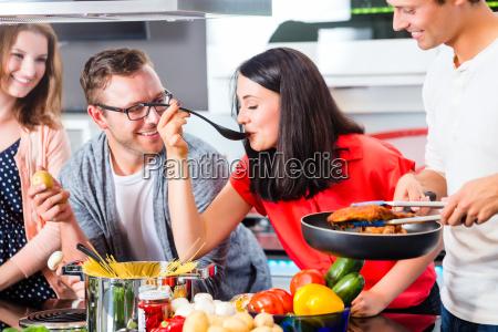 amigos que cozinham a massa e