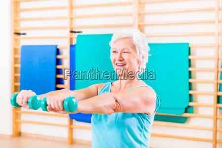 mulher senior que faz o esporte