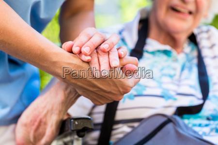 enfermeira que consola a terra arrendada