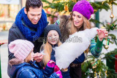 familia que come doces de algodao