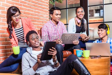 grupo de estudantes universitarios da diversidade