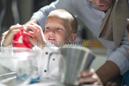 pessoas povo homem close up filho