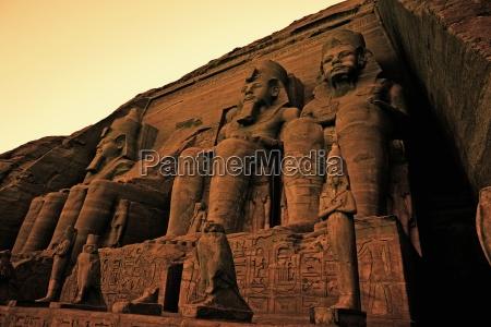 colossi de ramses ii grande templo