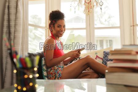 mulher, jovem, que, texting, no, telefone - 21583413