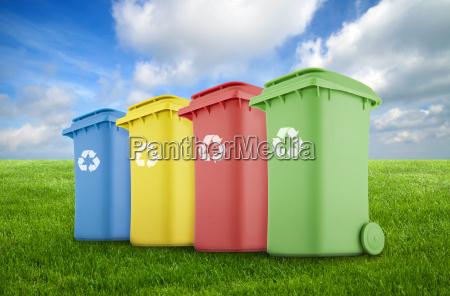 quatro coloridos recicl escaninhos na grama
