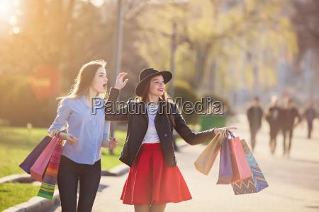 duas meninas que andam com compra