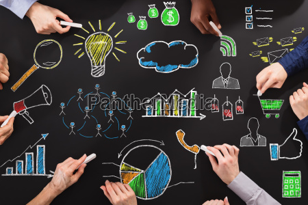maos que desenham a estrategia empresarial