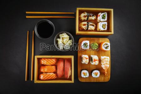 rolos do sushi e do sushi