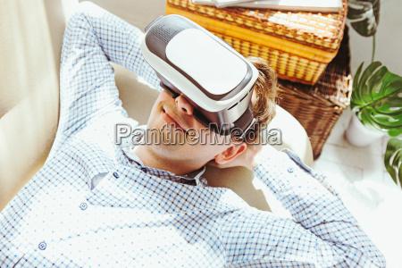 o homem com oculos de realidade