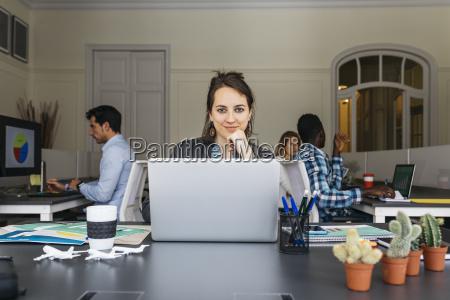 escritorio caderno computadores computador risadinha sorrisos