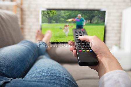 mulher mentira sofa tv controle bedienung