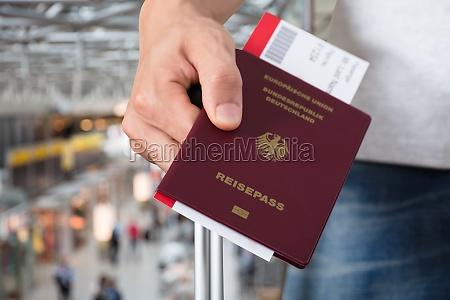 pessoa com passaporte da terra arrendada