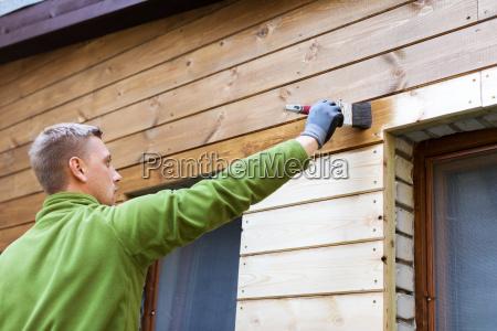 pintor com pintura de pincel casa