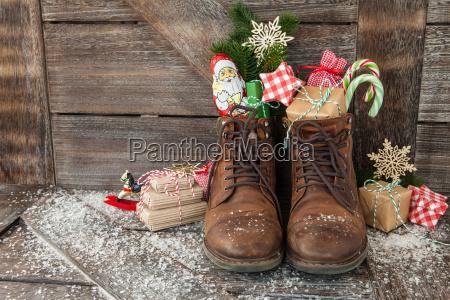 carregadores com presentes e suvines