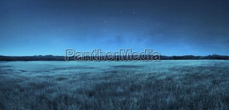 paisagem do prado no tempo nocturno