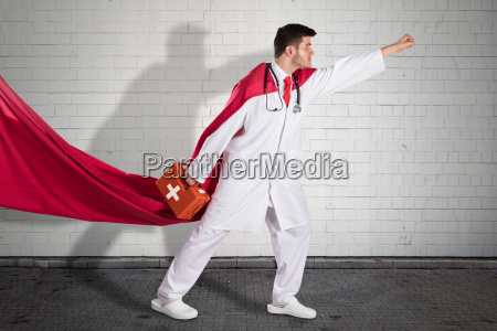 medico super heroi carregando caixa de