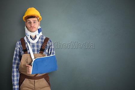 trabalhador manual com mao fraturada