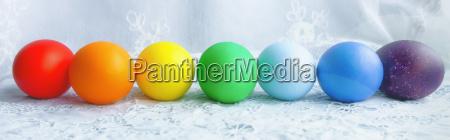 fileira colorida de ovos de easter