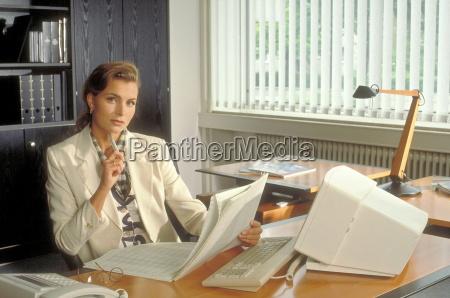 mulher telefone banco pessoas povo homem