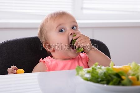 menina comendo comida saudavel