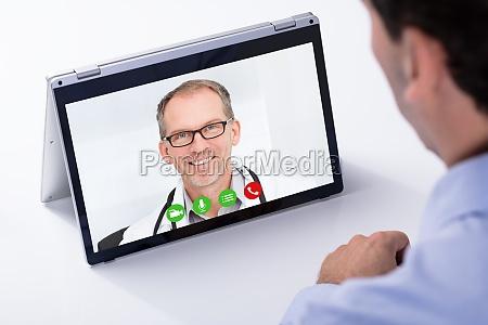 conferencia video do homem com seu