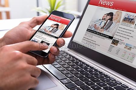 businessperson que prende o smartphone com