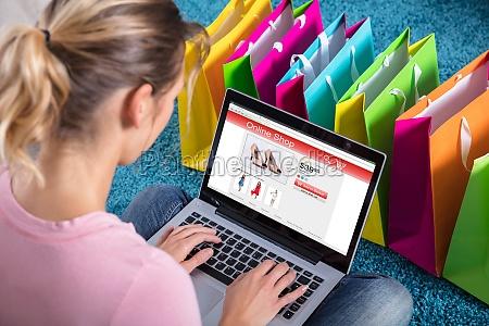 mulher que compra em linha usando