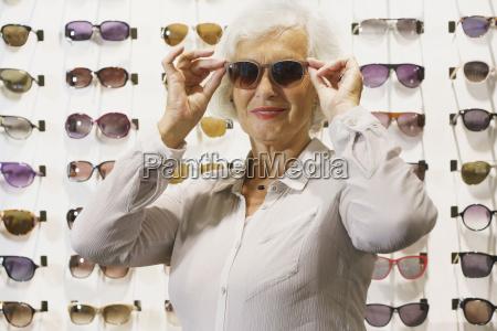 risadinha sorrisos acordo moda horizontalmente aposentadoria