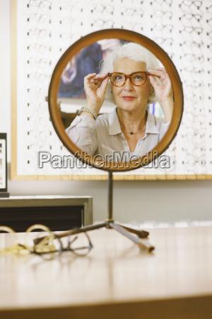 risadinha sorrisos moda retrato reflexao aposentadoria