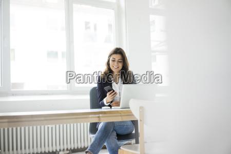mulher de negocios que senta se