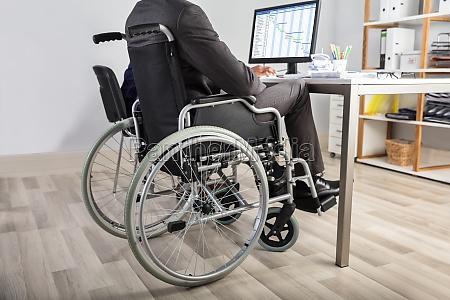 cadeira de rodas seguro ferido acesso
