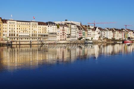 azul casa construcao cidade reflexao suica